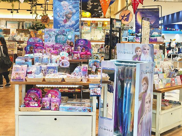 ☆#アナと雪の女王2 新商品が続々入荷中です!!⋆こちらの他にもぬいぐるみやおもちゃも多数入荷しております✩*゚⋆是非ぜひCheckされてみてくださいね!!⋆⋆#frozen2#アナと雪の女王グッズ#アナ雪#アナ雪2#おもちゃ#ぬいぐるみ#ドレス#プリンセスドレス#クリスマスプレゼント#オススメ#ディズニー#ディズニープリンセス#こびとたちがつくったお店#ザッカニア#流山おおたかの森#流山おおたかの森sc#映画#zaccania#disney#disneyprincess